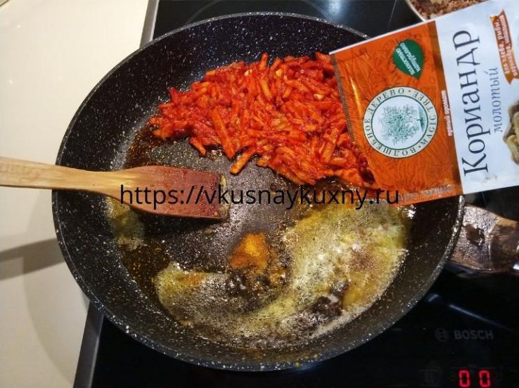 Добавляем кориандр в растопленное сливочное масло в сковороду