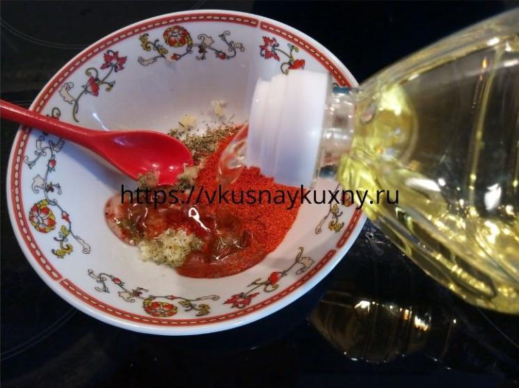 Добавляем растительное масло в заправку для сухариков в пиалу