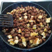 Сухарики на сковороде с чесноком