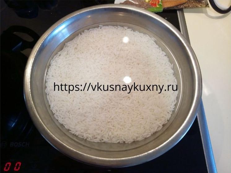 Промытый рис сорта Жасмин замоченный в воде