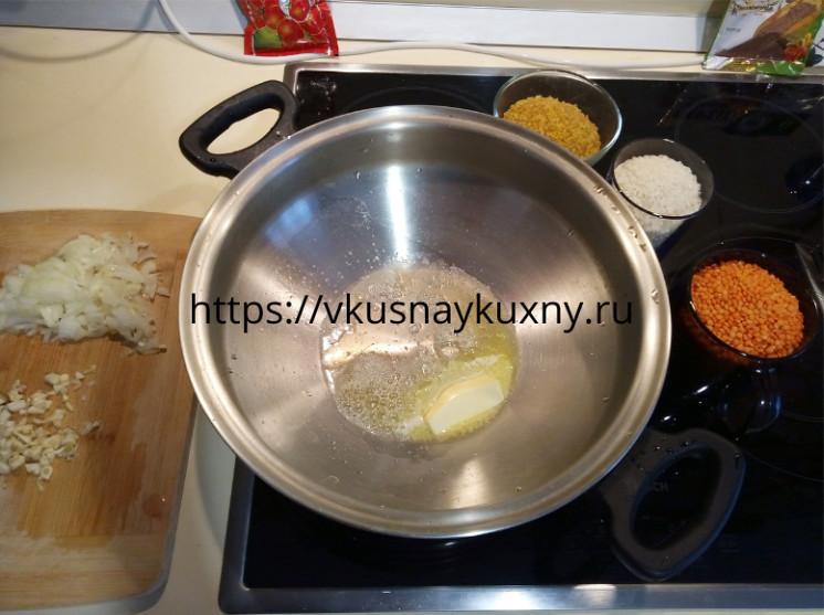 Растапливаем сливочное масло в кастрюле ВОК