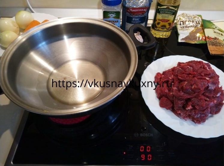 Разогреваем сковороду ВОК для приготовления плова и наливаем масло