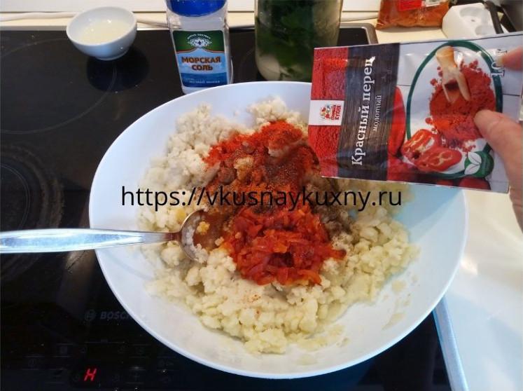 Добавляем красный острый перец в начинку из картофеля для гезлеме