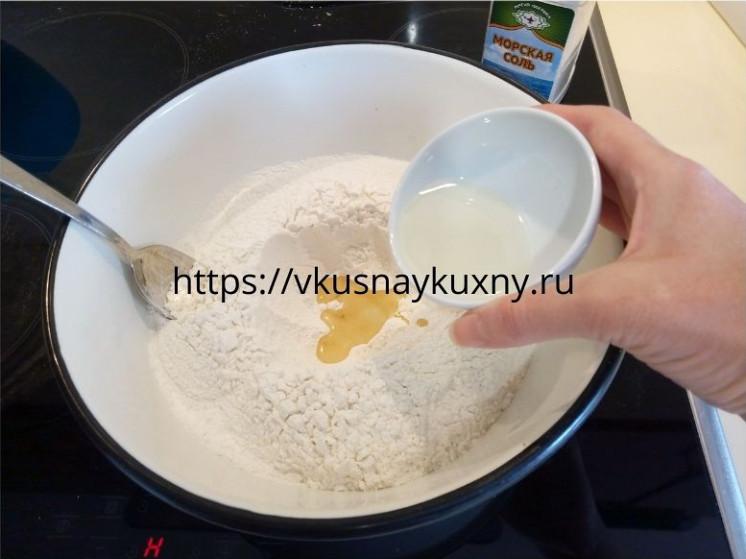 Добавляем растительное масло в муку для замешивания теста