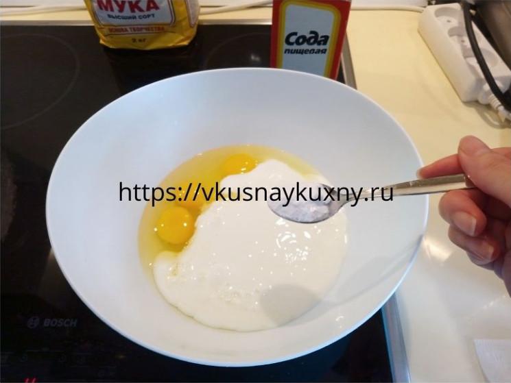Добавляем соду в основу для пирога с фаршем заливного