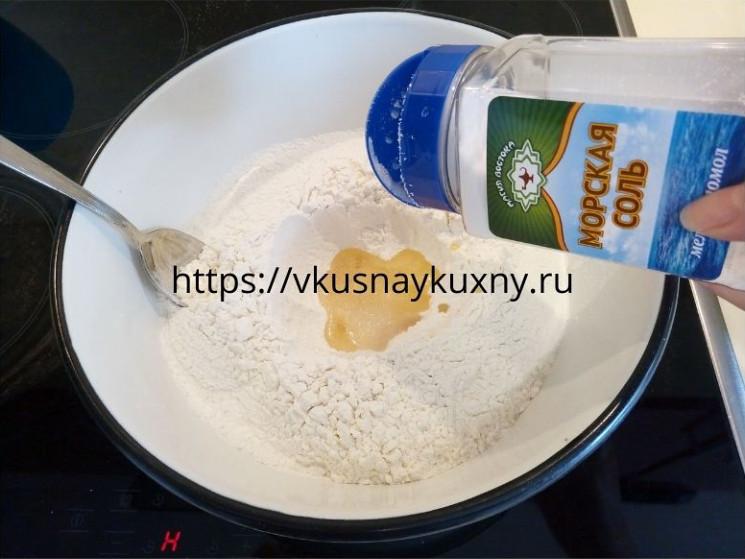 Добавляем соль в муку и замешиваем тесто
