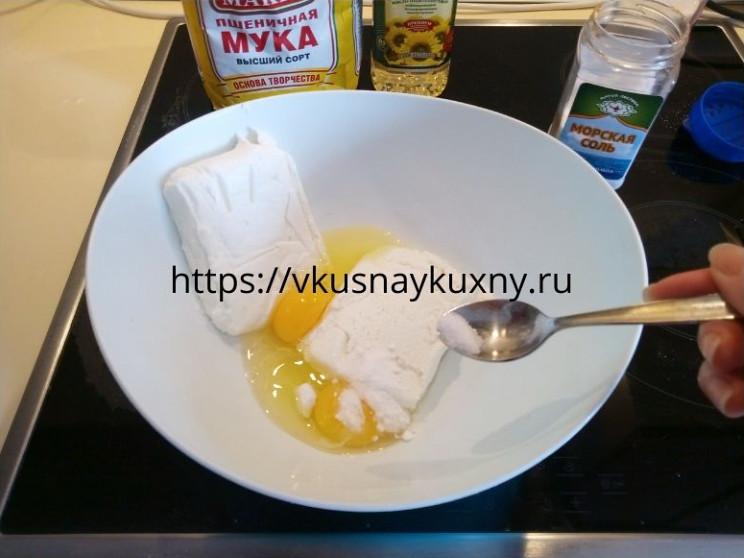 Добавляем в творожную массу соль 1 щепотку