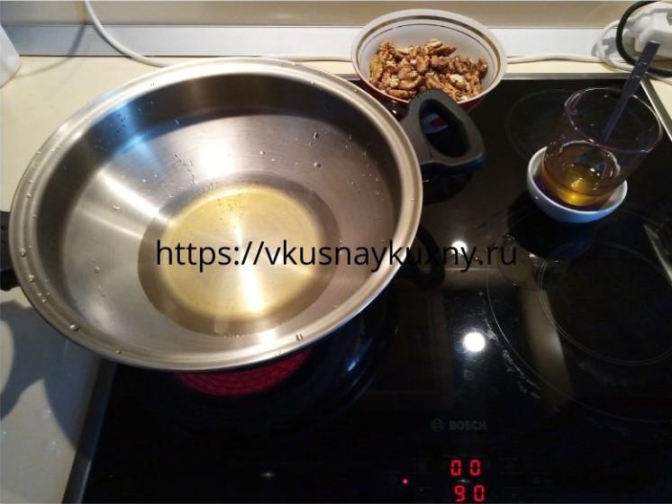 Готовим медовый сироп для халвы из орехов грецких