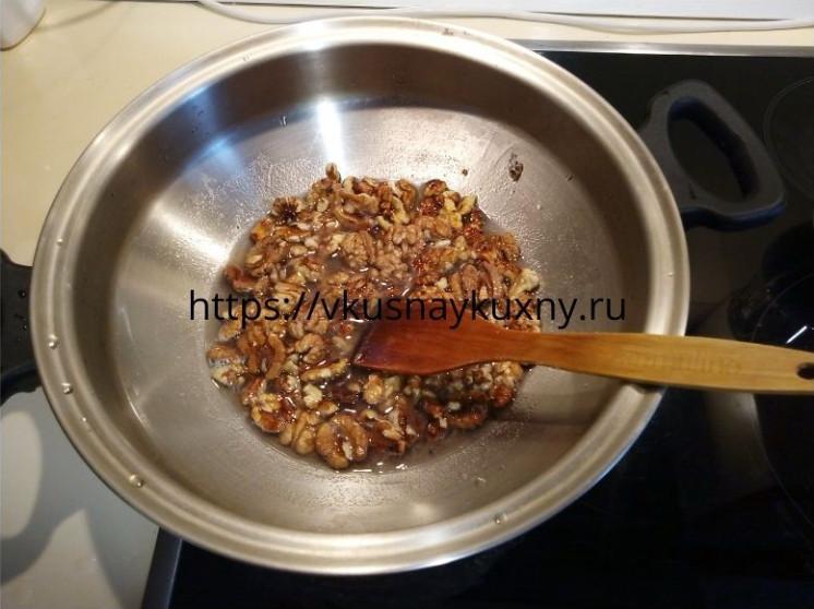 Грецкие орехи в медовом сиропе в сковороде ВОК
