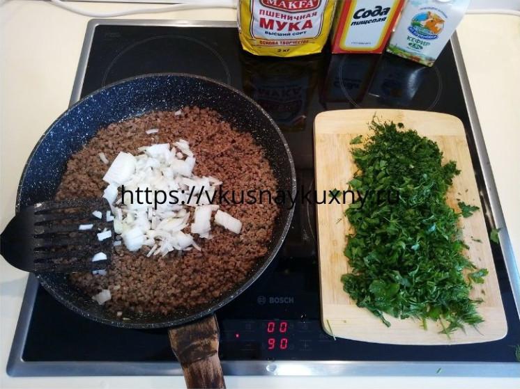 Обжариваем фарш с луком и зеленью на сковороде