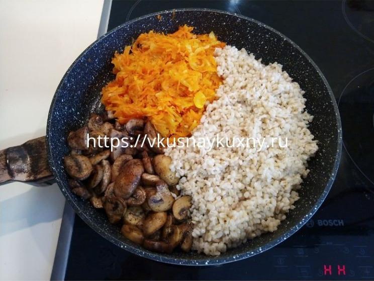 Перловая каша с шампиньонами, морковью и луком
