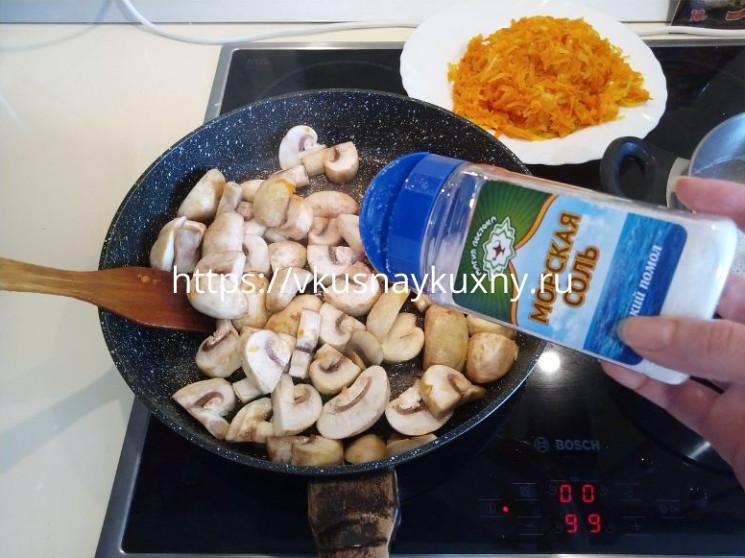 Солим грибы для приготовления перловой каши с грибами