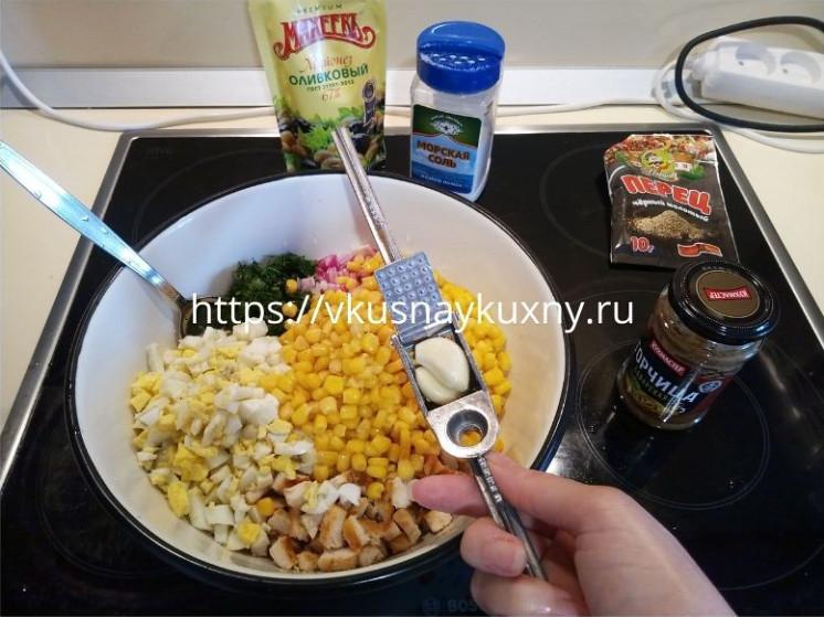 Вкусный куриный салат с кукурузой и болгарским перцем