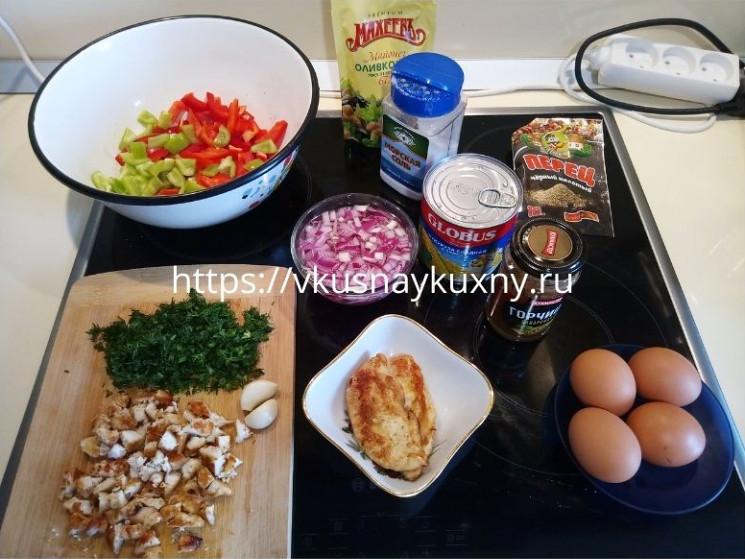 Вкусный салат из куриной грудки, болгарского перца и кукурузы