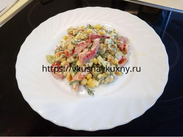 Вкусный салат с красным болгарским перцем и куриным филе пошагово