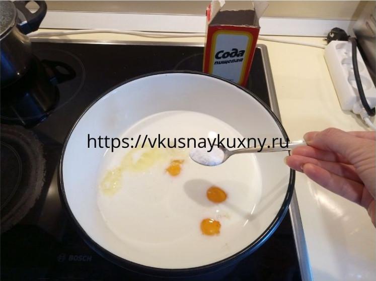 Добавляем соду в основу для теста на блины для блинного торта с курицей и грибами