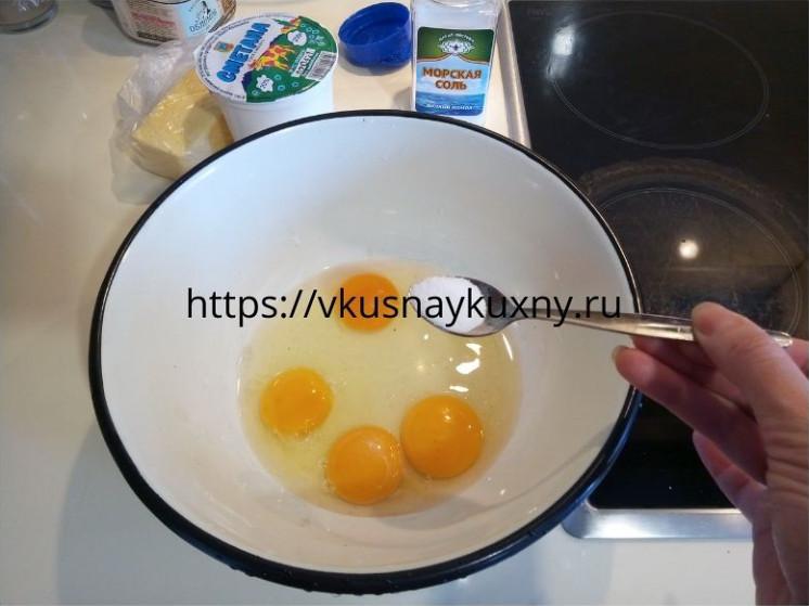 Солим яйца для теста на блины для блинного торта с курицей и грибами