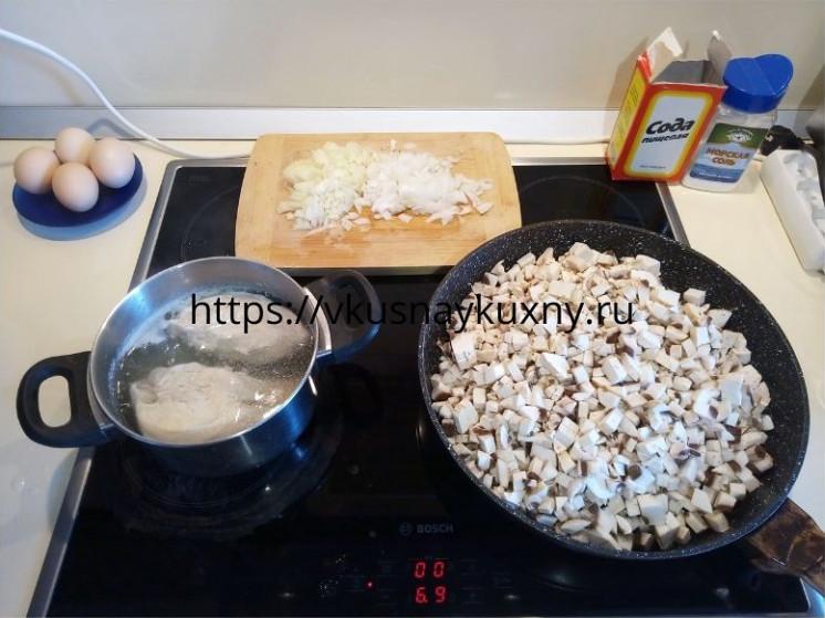 Варим куриное филе и жарим шампиньоны для закусочного торта с курицей и грибами