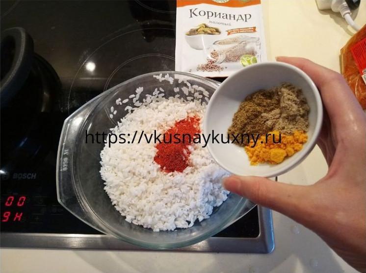 Добавляем грузинские специи в рис для супа харчо из говядины