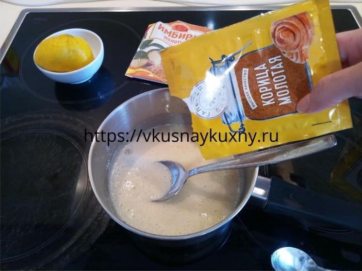 Добавляем корицу в смесь для имбирного печенья для теста