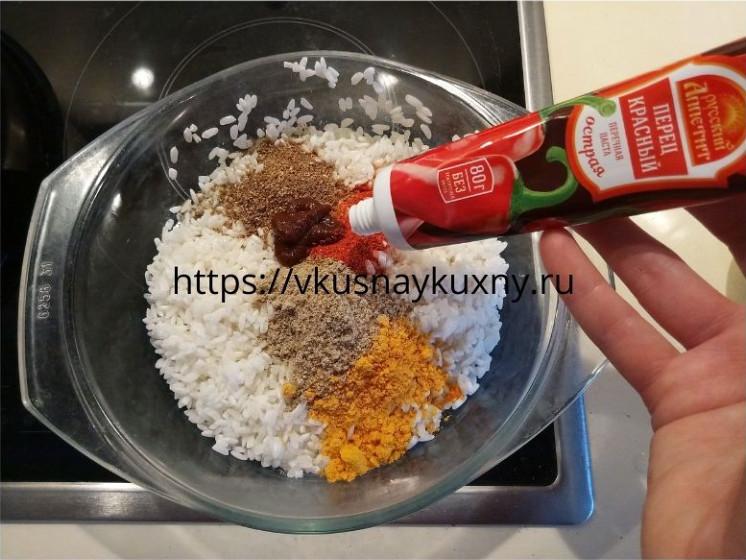 Добавляем красную острую перечную пасту в рис для супа харчо из говядины