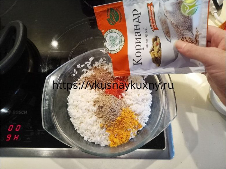 Добавляем молотый кориандр в рис для супа харчо из говядины