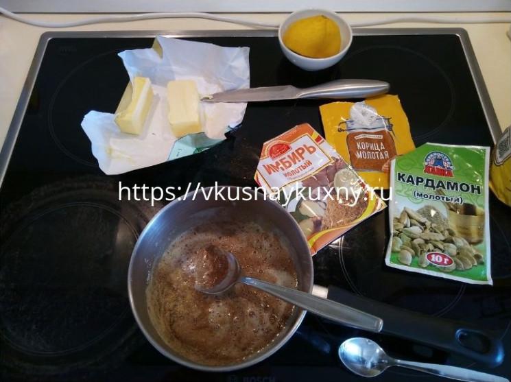 Добавляем сливочное масло в смесь для имбирного печенья для теста