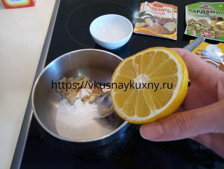Добавляем сок лимона в сотейник с сахаром и мёдом для теста