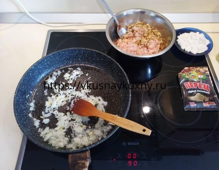 Обжариваем репчатый лук на растительном масле на сковороде