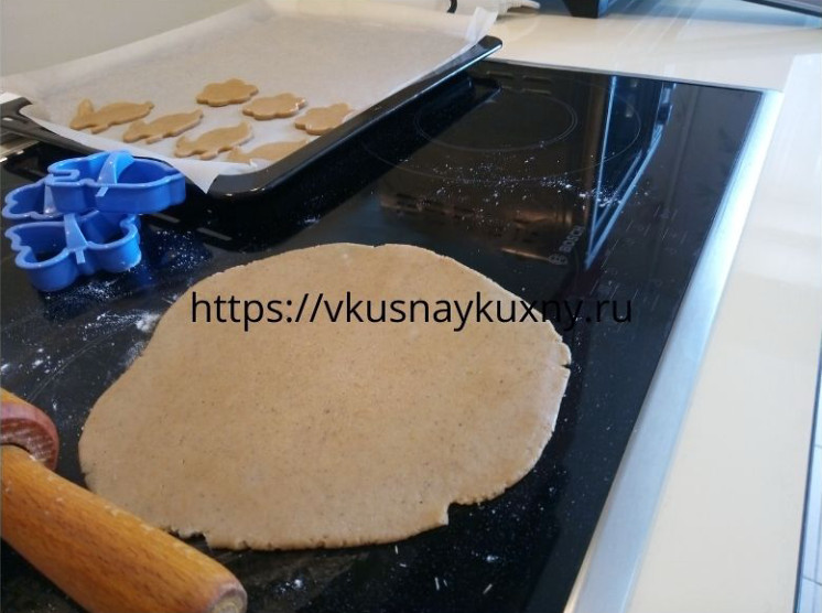 Раскатываем тесто для имбирного печенья ровно в пласт