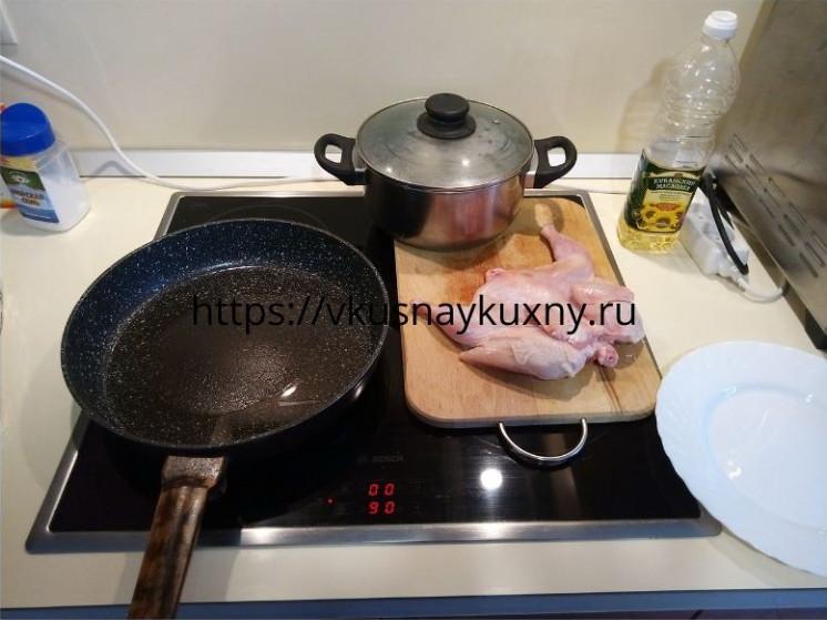Разогреваем сковороду для цыпленка табака с растительным маслом