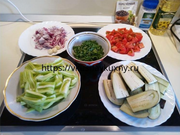Нарезанные овощи для имам баялды для жарки