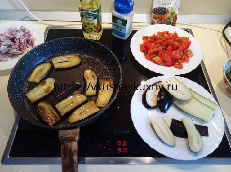Обжариваем баклажаны для имам баялды на сковороде