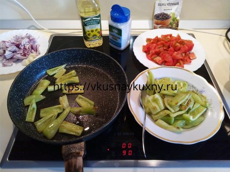 Обжариваем болгарские перцы для имам баялды на сковороде