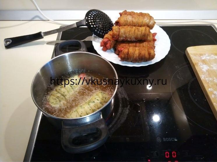 Сосиски в тесте из дрожжевого теста жареные в масле во фритюре