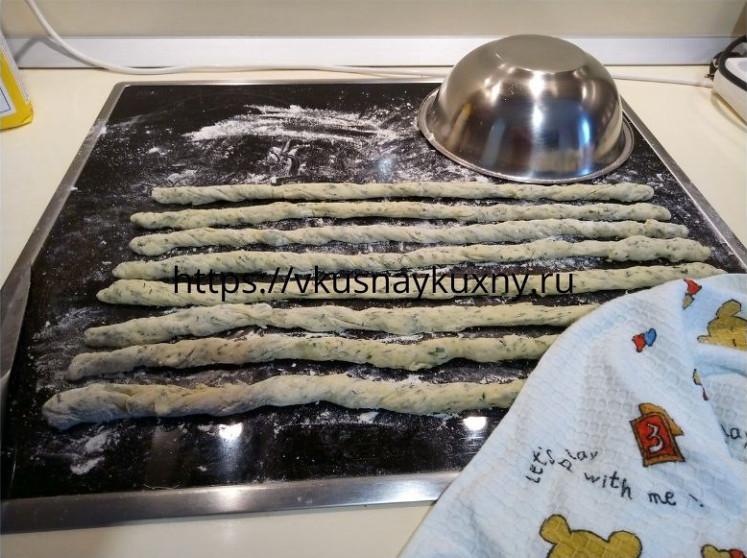 Жгутики из дрожжевого теста для сосисок в тесте с укропом