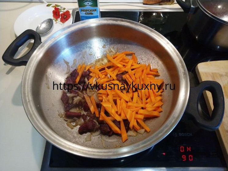 Добавляем морковку в основу для плова и обжариваем