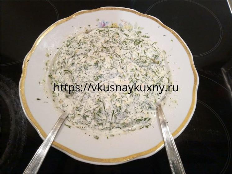 Начинка для рулетиков из баклажан с майонезом, сыром, зеленью и чесноком