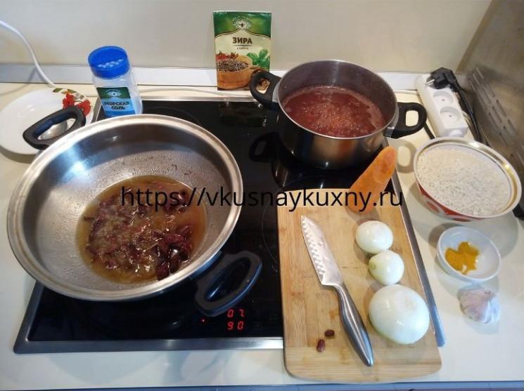 Тушим мясо для плова и варим красную фасоль до готовности