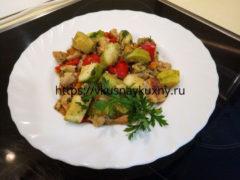 Куриное филе с кабачками на сковороде