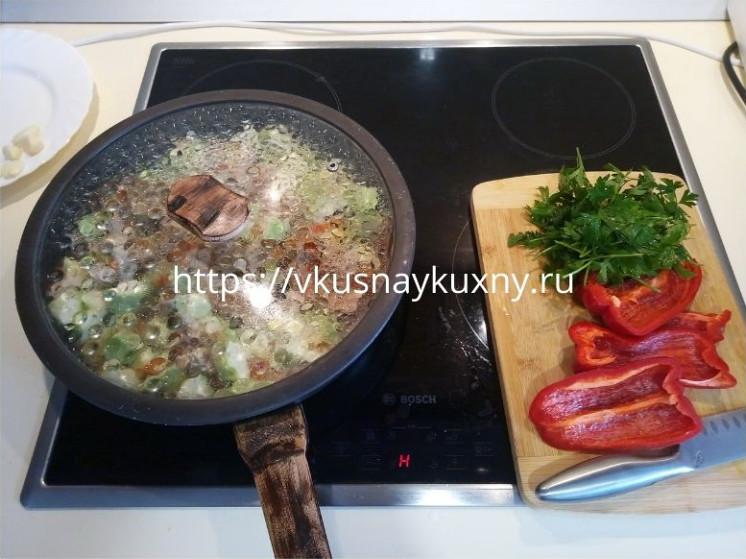Потушить кабачок с куриным филе на сковороде