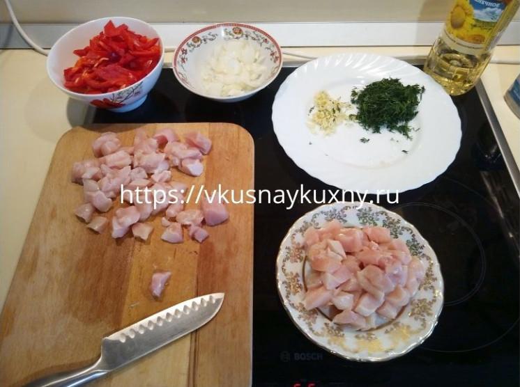 Режем куриное филе для супа с вермишелью