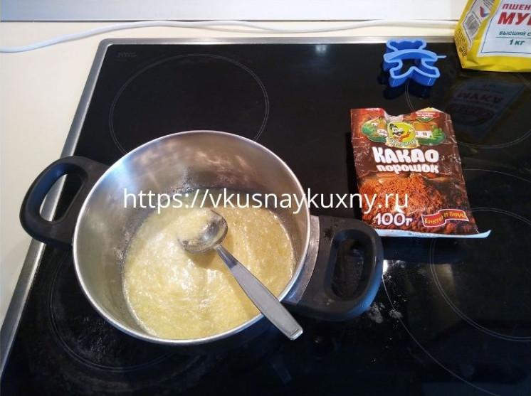 Смешанное сливочное масло с сахаром и яйцом для печенья шоколадного