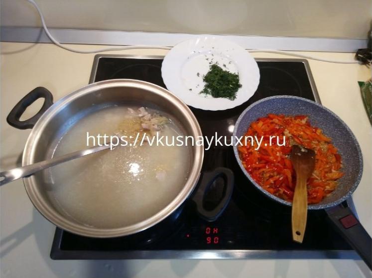 Суп с мелкой вермишелью на курином бульоне с овощами