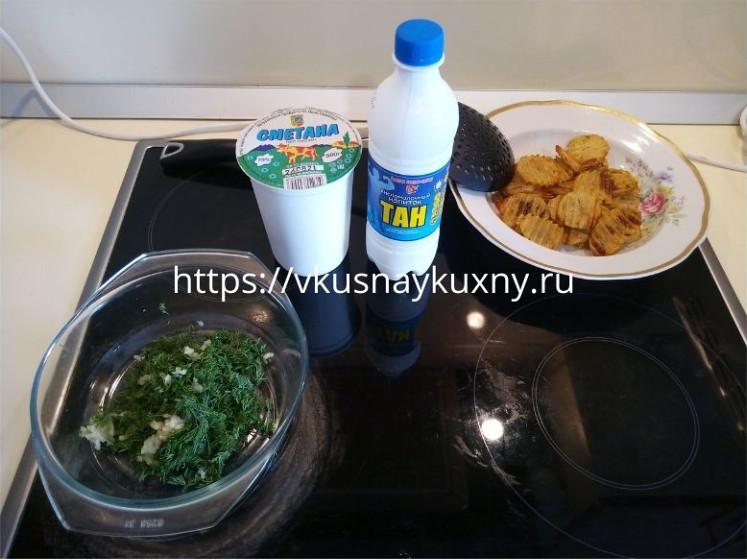 Готовим соус к запеченному картофелю в духовке из сметаны и укропа