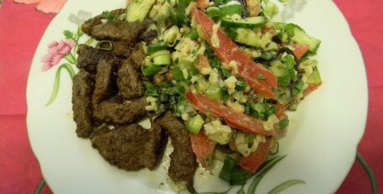 Кусочки говядины с теплым салатом